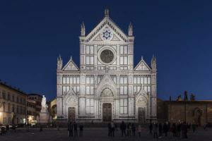 Dynamisches weißes Licht für die Fassade der Kirche Santa Croce.